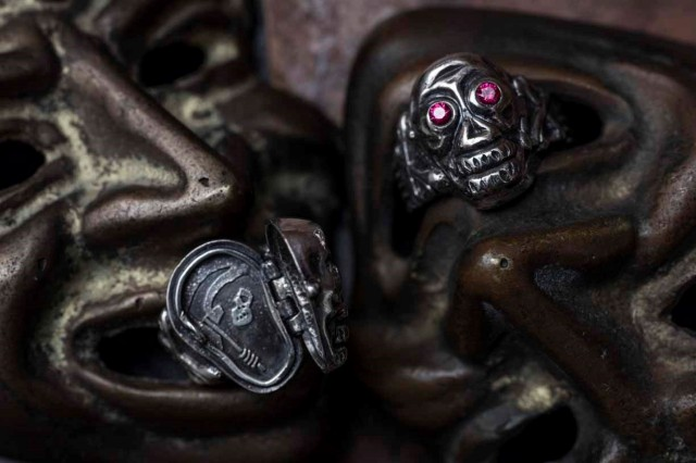 PEANUTS & Co. skull poison ring red