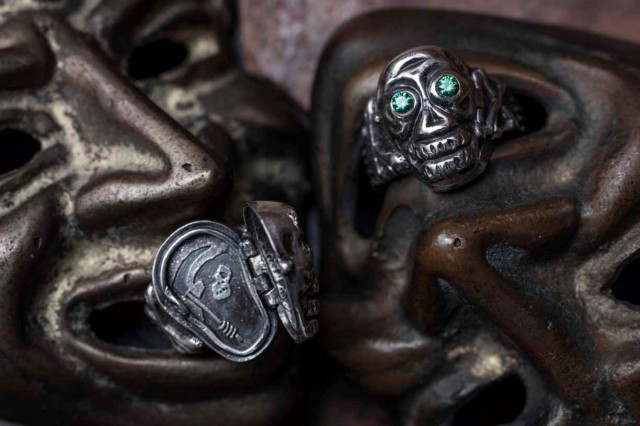 PEANUTS & Co. skull poison ring green